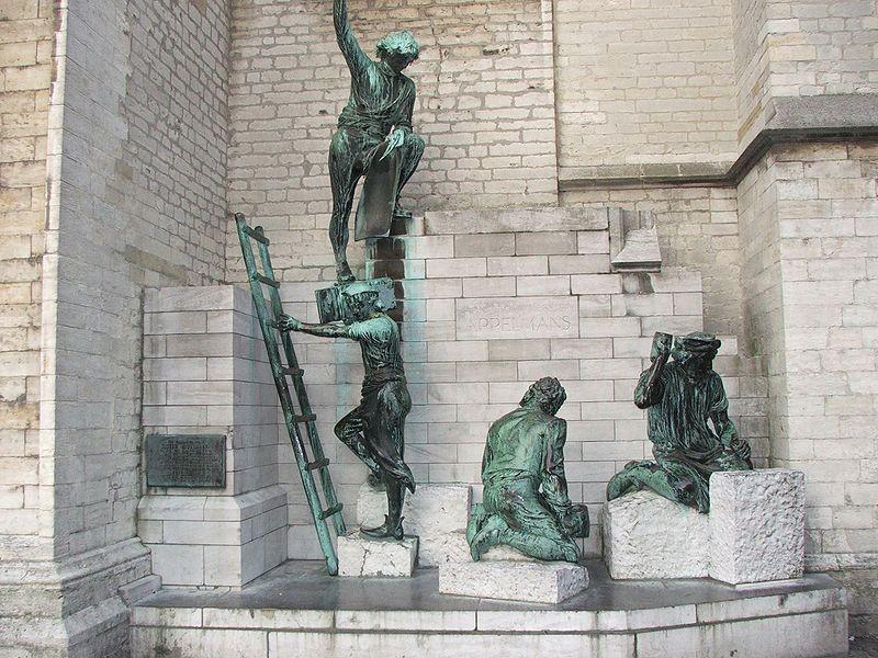"""Скулптурен ансамбъл пред фасадата на катедралата """"Onze lieve vrouw"""""""