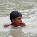 Mомче рискува живота си, за да спаси малка сърна
