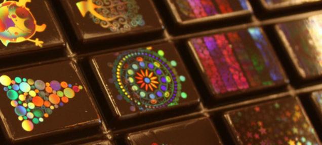 Светлоотразителни холограми върху шоколад