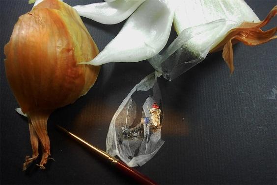 Миниатюрни рисунки върху парченца храна