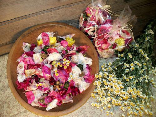 Смесете сушени цветни листенца и сушени плодове за направата на домашен ароматизатор