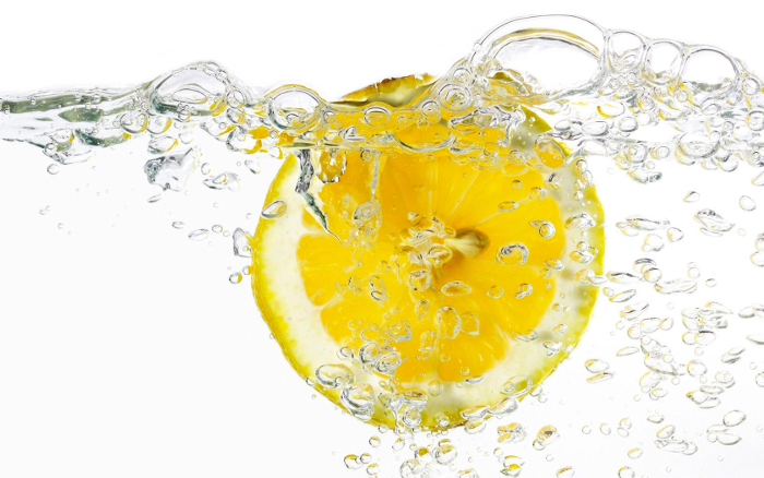 Чаша вода с лимон вместо сутрешното кафе