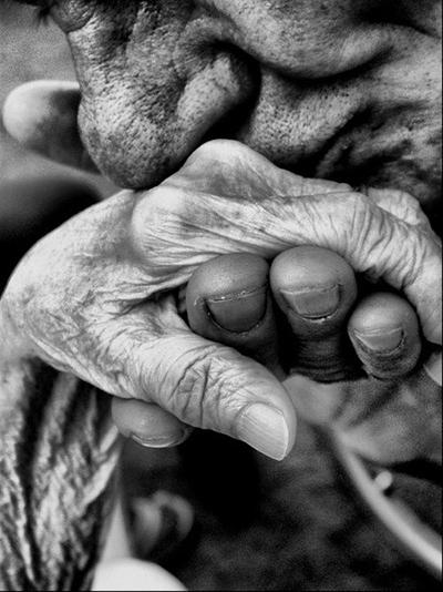 възрастни двойки напомнят какво е любовта