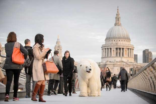 Полярна мечка се вози на метрото в Лондон