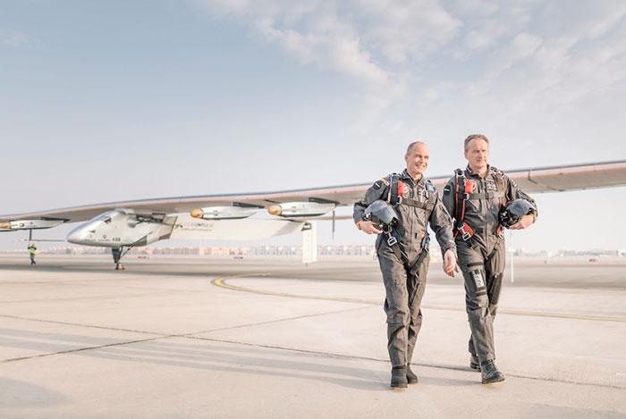 Първи околосветски полет на соларен самолет