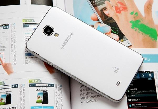 Samsung Galaxy J5 атакува средния клас