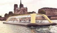 Плаващ фитнес, носещ се по водите на Сена