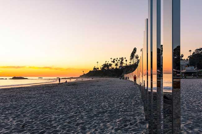 Отражение на залеза на плаж в Калифорния